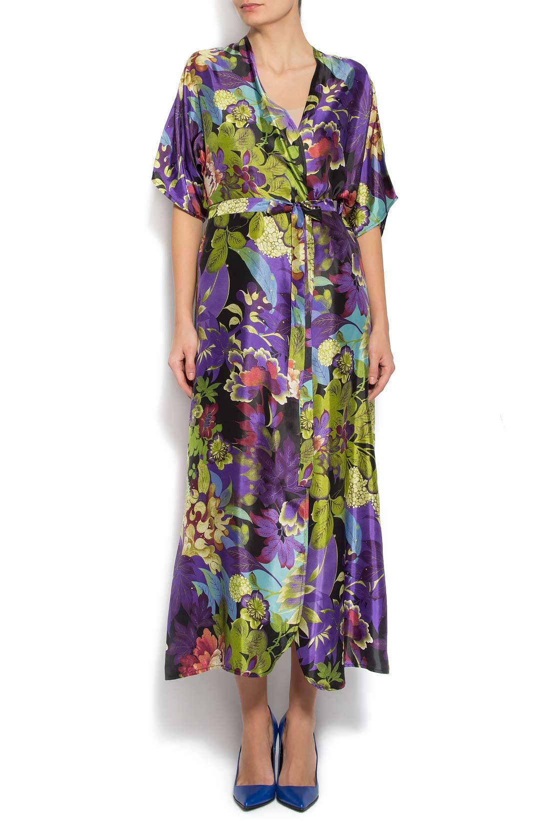 robe kimono en soie fleurie avec shorts robes longues robes sur mesure. Black Bedroom Furniture Sets. Home Design Ideas