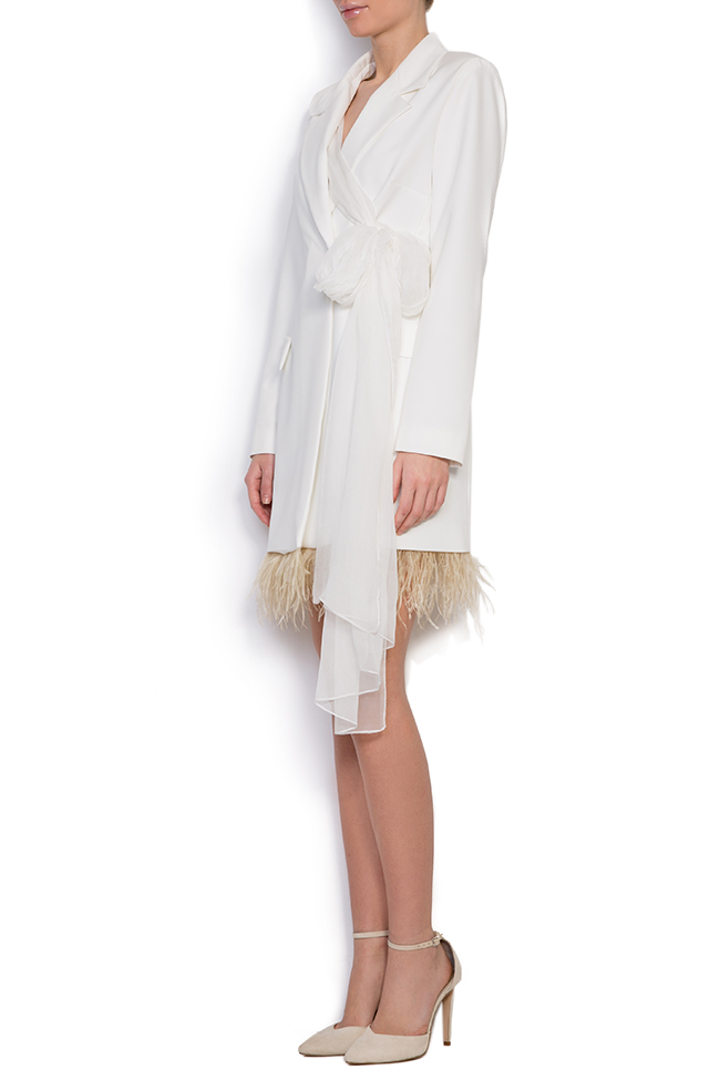 Robe type blazer en crêpe à empiècements de plumes et à écharpe en soie  Mirela Diaconu  image 1