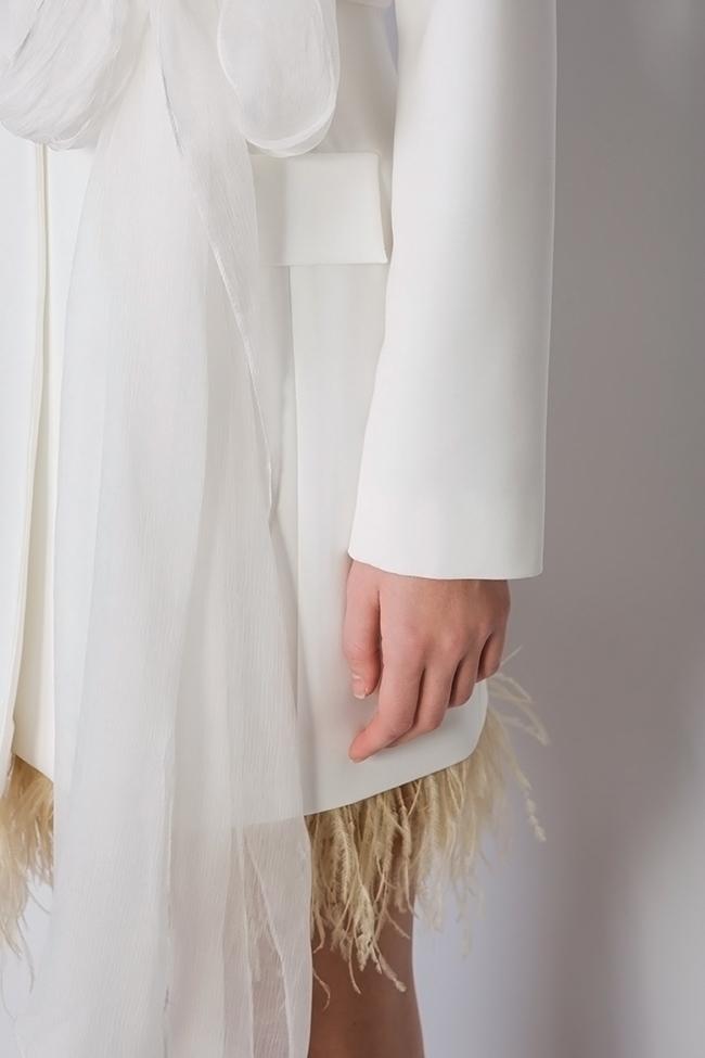 Robe type blazer en crêpe à empiècements de plumes et à écharpe en soie  Mirela Diaconu  image 3