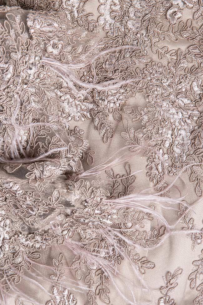 Robe en dentelle avec insertions de plumes et dos nu Simona Semen image 4