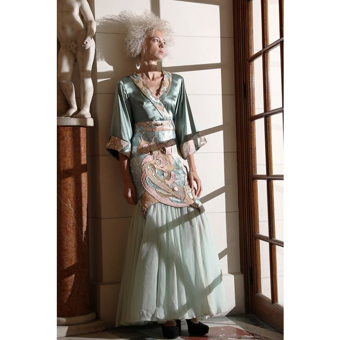 Robe en soie avec des broderies de sequins, cousues à la main Elena Perseil image 4