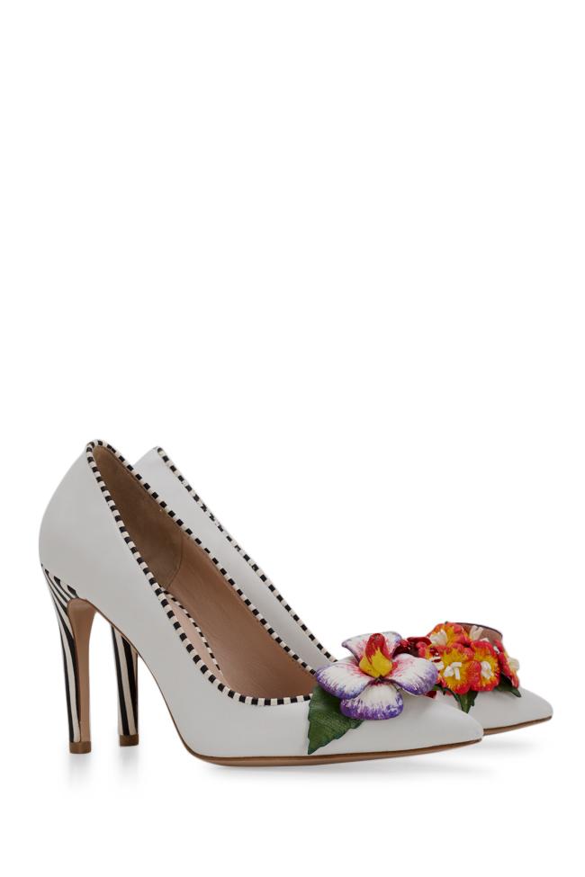 Chaussures en cuir avec applications florales peintes à la main Alice Ginissima image 1