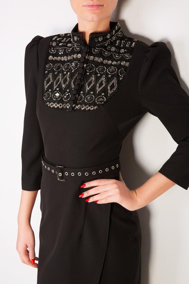 Robe en crêpe avec col tunique et applications Mariana Ciceu image 3