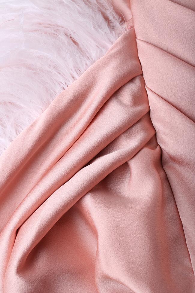 Robe asymétrique en satin avec applications de plumes Mirela Diaconu  image 4