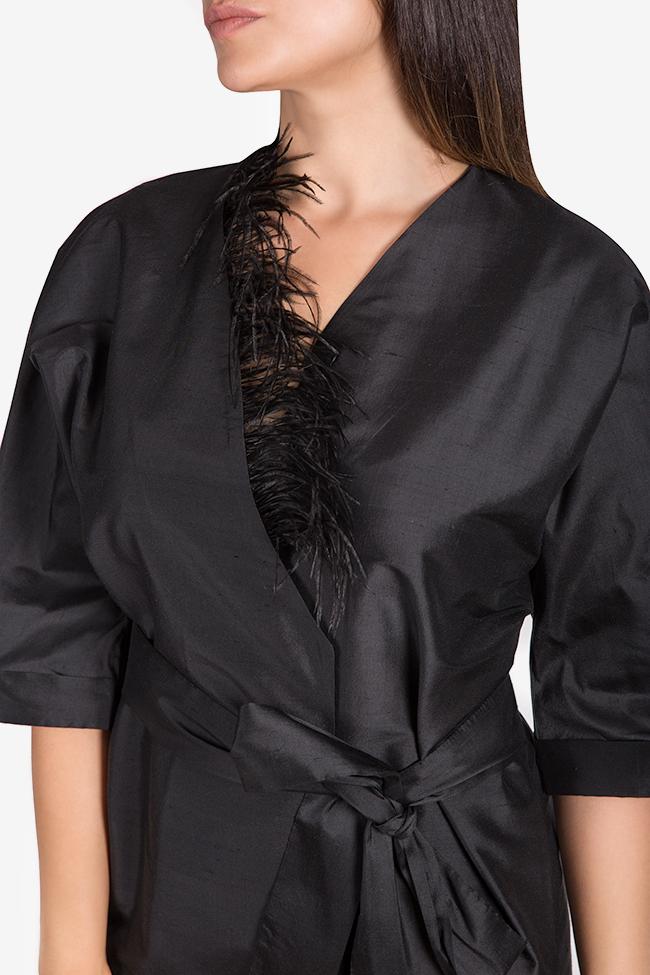 Robe kimono en shantung de soie ornée de plumes Claudia Castrase image 3