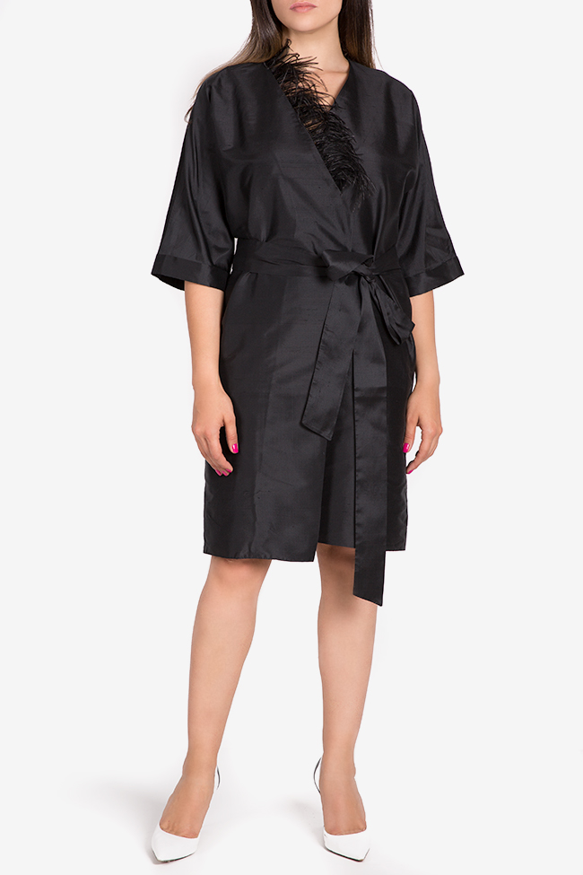 Robe kimono en shantung de soie ornée de plumes Claudia Castrase image 1