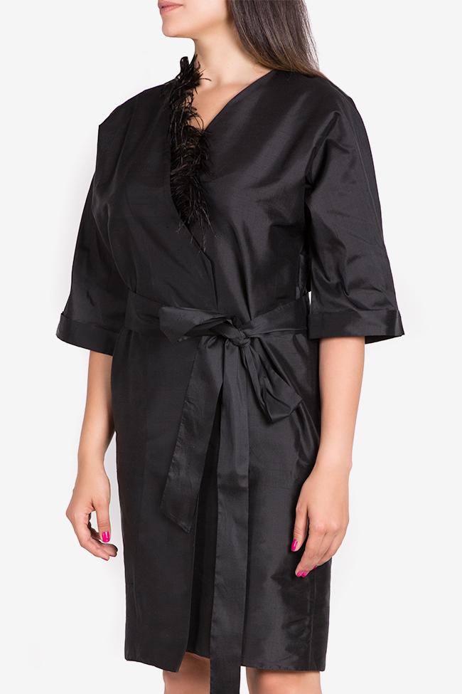 Robe kimono en shantung de soie ornée de plumes Claudia Castrase image 0
